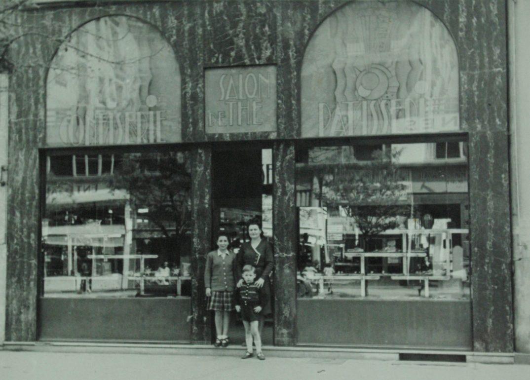 Une histoire - La famille Bettant devant la première façade du magasin avenue Henri Barbusse à Villeurbanne