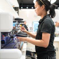 Préparation d'un café au Passage Gourmand des Gratte-Ciel à Villeurbanne