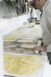 Nos pâtissiers en pleine fabrication de gateaux - Maison Bettant